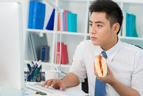 eating_lunch_at_your_desk_may_mean_scarfing_unhealthy_food_2227_40126244_0_14114590_500